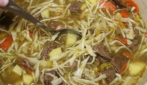 Добавляем капусту, картофель и говядину в суп и варим до готовности картофеля и капусты.