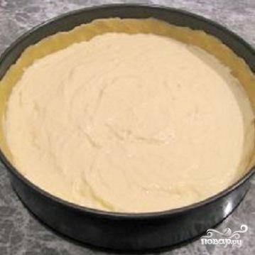3.Готовую творожную начинку положить в тесто и разровнять.