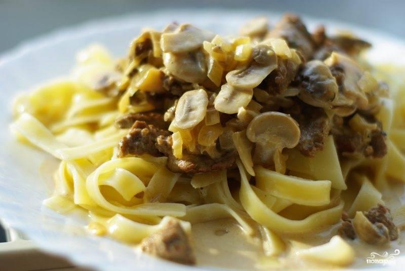 На тарелочки выкладываем готовый гарнир, сверху выкладываем говядину с грибами и соусом. Желаю приятного аппетита!