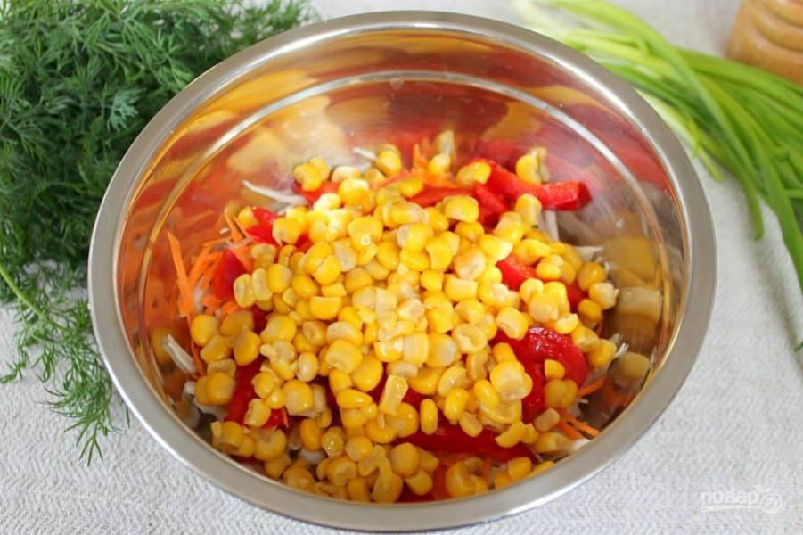 Из консервированной кукурузы сливаем жидкость. Кукурузу насыпаем в миску к остальным ингредиентам.