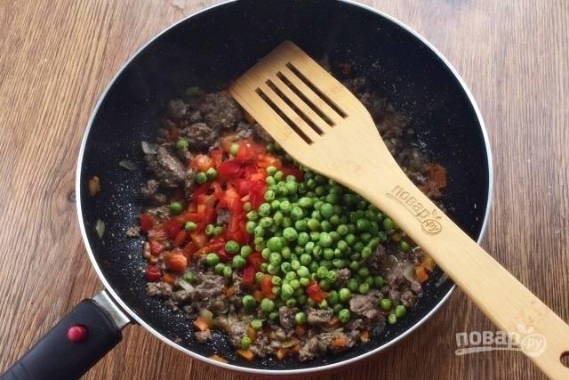 Влейте горячий мясной бульон, доведите до кипения. Добавьте зеленый горошек и сладкий перец, тушите 5 минут.