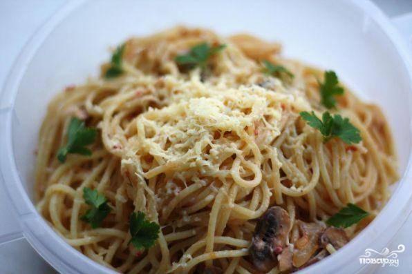 Спагетти с грибами в сметанном соусе