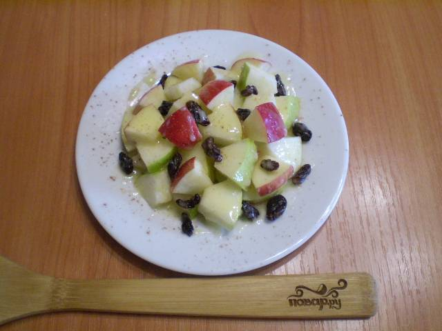 Полейте соусом фрукты, посыпьте молотой корицей. Салат готов!