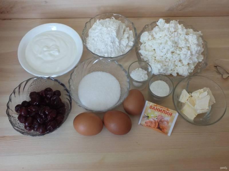 Подготовьте необходимые ингредиенты. Откиньте свежемороженую вишню на сито, чтобы стекла жидкость.