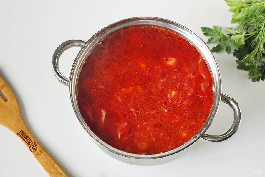 Добавьте содержимое сковороды в кастрюлю и варите до готовности всех ингредиентов.