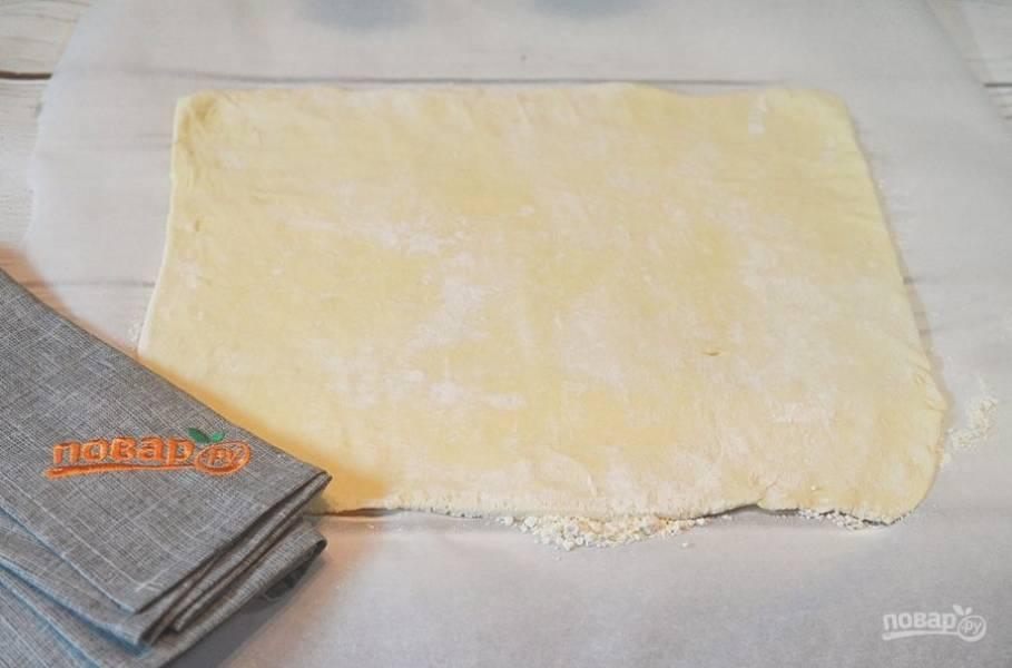 5. На бумаге для выпечки раскатайте тесто в прямоугольник.