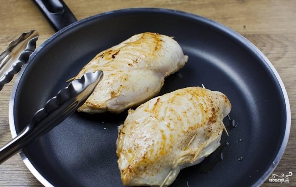 В сковороде разогреваем растительное масло и обжариваем на нем грудки со всех сторон до образования золотистой корочки (приблизительно по 3-4 минуты на каждую сторону).