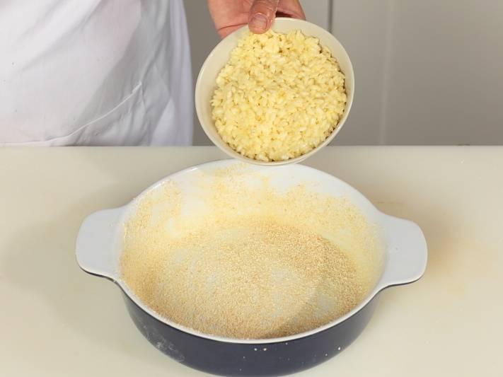 В форму выложите половину риса.