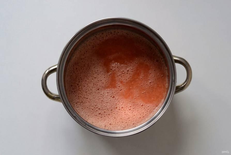 Помидоры залейте кипятком, затем очистите от кожицы. Прокрутите помидоры через мясорубку или измельчите в блендере до состояния пюре. Перелейте в кастрюлю и поставьте на средний огонь.