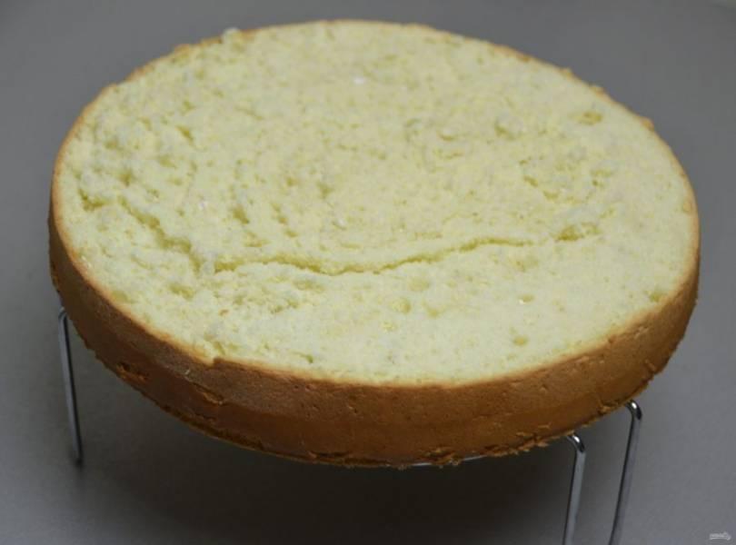 Срежьте с бисквита верхнюю корочку.