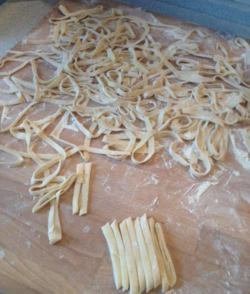 Когда картофель почти сварился, кладем лапшу, лавровый лист, измельченный чеснок и специи. Перемешиваем и варим до готовности лапши.