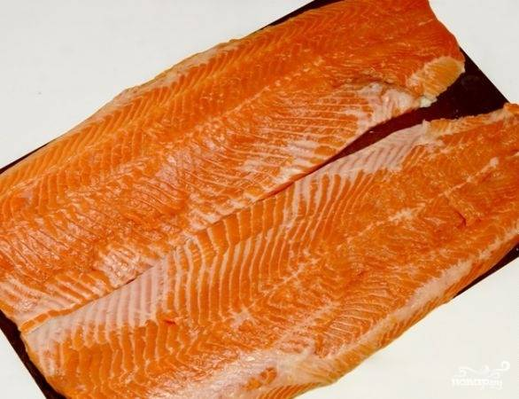 1.Рыбу тщательно чистим и моем, после этого обязательно вытираем её насухо бумажным полотенцем, чтобы впиталась лишняя влага. Разделяем рыбу на 2 филе, удаляем все косточки.