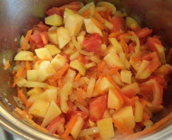 4. Помидоры режем также кубиками (кожицу можно снять), отправляем все овощи в емкость, в которой будете тушить рагу. Перец режем соломкой, добавляем соль, сахар и растительное масло.