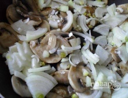Разогреем сковороду с растительным маслом и минут 5 обжарим грибы, затем добавим лук , слегка посолим и продолжаем готовить еще минут 5.