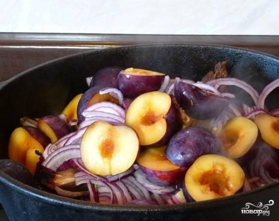 Гусь протушился часа 2, мясо стало мягким, добавляем к нему подготовленные лук и сливы. Закрываем казан крышкой, продолжаем тушить гуся еще минут 15-20.