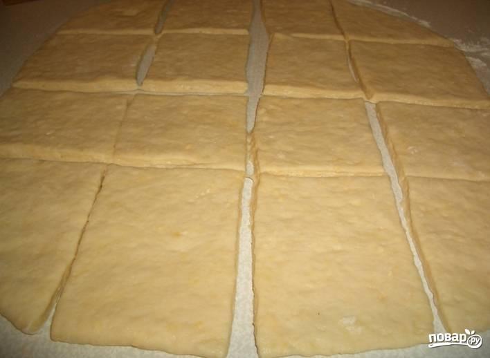 4.Тесто, что подошло, выкладываю на поверхность, раскатываю тонкий пласт и разрезаю его на квадраты.