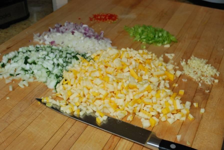 3. Режем дальше. Все овощи, очищенные от грубой кожуры (если такая имеется) нарезаем.