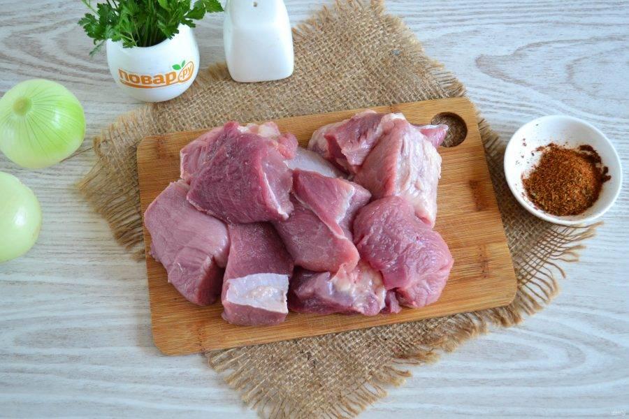 Порежьте мясо на куски среднего размера. Я не люблю резать слишком крупно, потому что потом надо больше времени для прожарки, да и мариновать придется дольше.