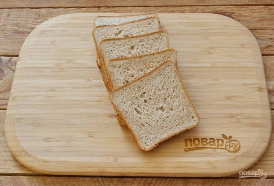 Для приготовления блюда возьмите тостовый хлеб. В продаже имеется хлеб разного размера. У меня вот такой средний. Можно взять более крупный.