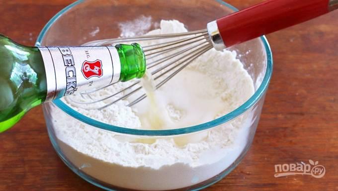 Сперва смешайте 120 г муки, разрыхлитель и соль. Затем влейте пиво.