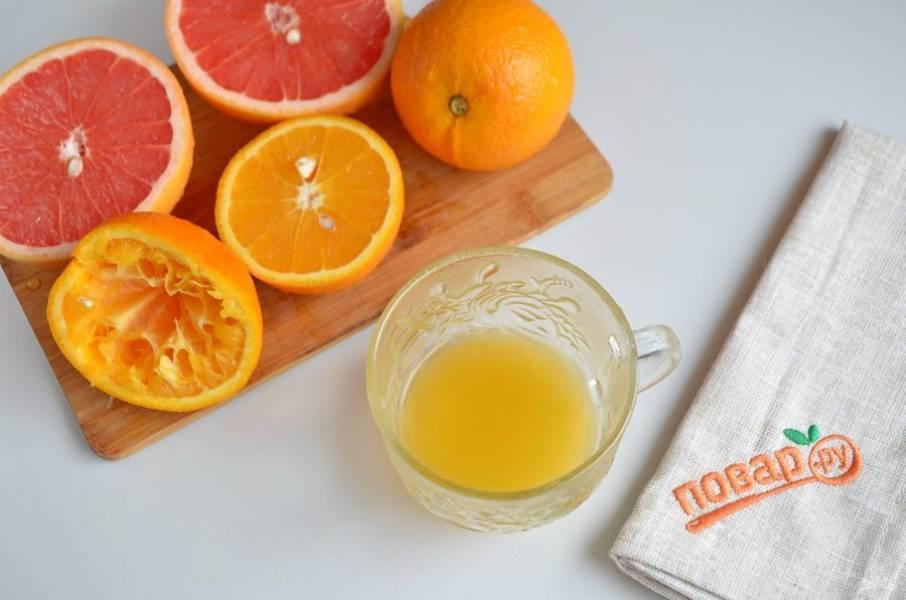 2. Порежьте цитрусовые на половинки и отожмите сок. Косточки нужно убрать, а вот если попадет мякоть, это даже хорошо.