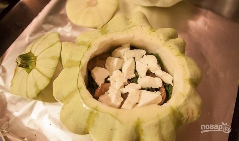 4.Запеченные патиссоны наполните начинкой: шпинат, половина грибов, половина моцарелла, нарезанные кусочками томаты, оставшиеся грибы и моцареллу. Посыпьте все тертым твердым сыром и посыпьте орегано.