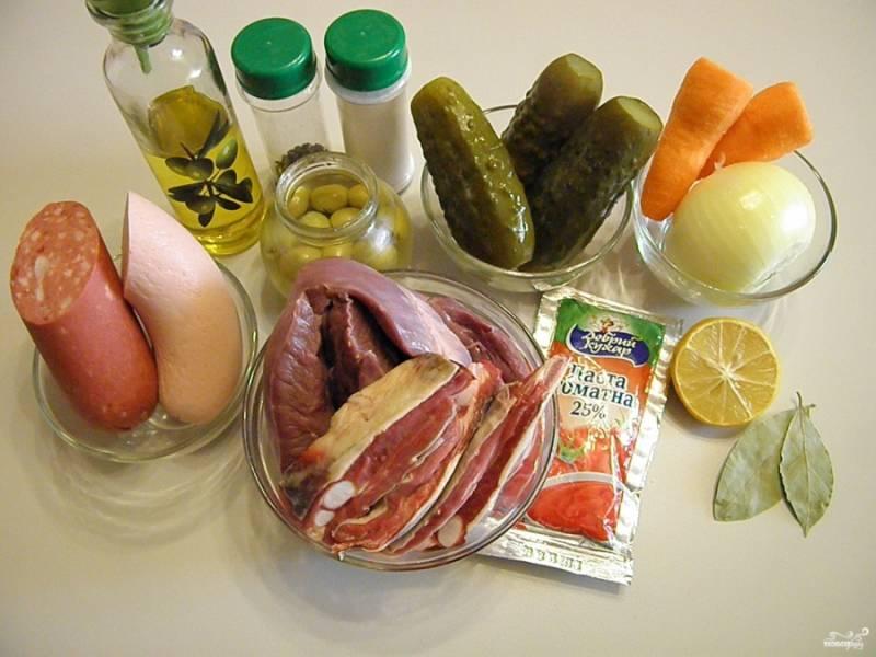 Подготовьте продукты для солянки. Можно использовать любые субпродукты и мясо на косточке, желательно говяжье. Я буду варить сердце свиное и грудинку говяжью.