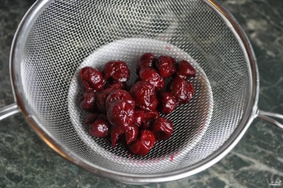 4. Когда вишни проварятся минут 5, отбросьте их на сито, дайте стечь всей жидкости, после чего вишни готовы к введению в кашу.