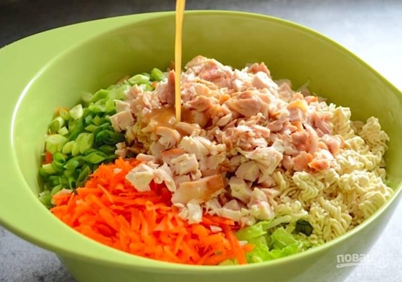 Теперь заправку нужно довести до кипения, чтобы она дала максимально насыщенный аромат. Затем выливаем заправку в салат и все хорошо перемешиваем. Готово!