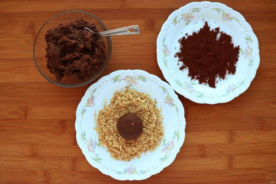 Из полученной массы скатайте конфеты желаемой формы и обваляйте часть из них в молотых орехах, а часть в какао.