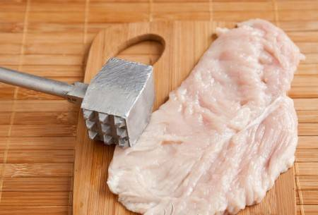 1. Нарезаем филе на отбивные. Толщина куска должна быть не более 0,7 см.