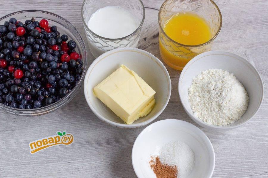Подготовьте все ингредиенты для пирога. Ягоды очистите и тщательно помойте.