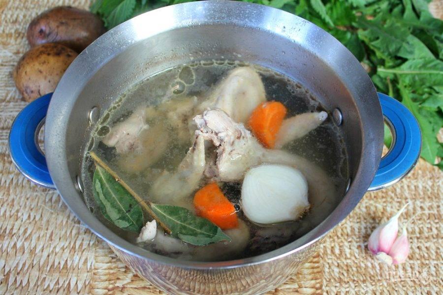 В кастрюлю с водой кладем куски курицы и доводим до кипения. Убираем пенку. Добавляем кусок луковицы, морковь и лавровый лист. Варим минимум час. Лук, морковь и лавровый лист удаляем из готового бульона.