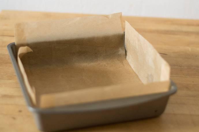 1. Форму необходимо застелить пергаментом для выпечки (смазав его сливочным маслом) или силиконовым ковриком.