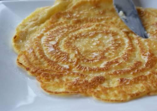 Приготовим блины. Для этого нужно взбитое яйцо перемешать с мукой и водой. Мешаем до однородности. Жарим блинчики на сковороде, разогретой растительным маслом. Потом  режем блины на мелкие кусочки.