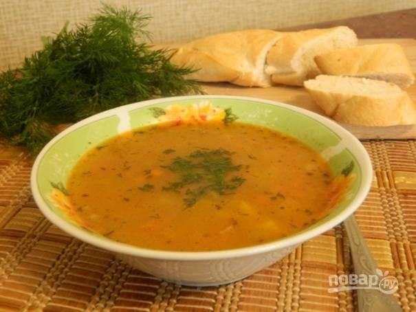 Готовый суп разливаем по тарелкам и посыпаем мелко нарезанной свежей зеленью.