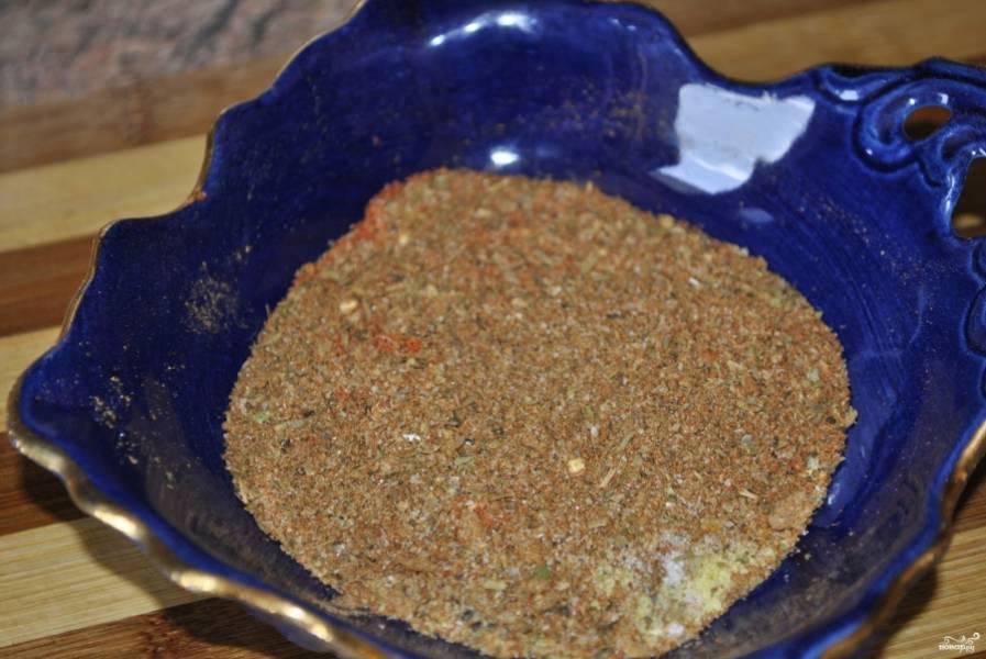 Приготовьте смесь специй для мяса: смешайте мускатный орех, гвоздику, кориандр, черный молотый перец, соль (можете использовать готовую смесь для жарки или запекания мяса).