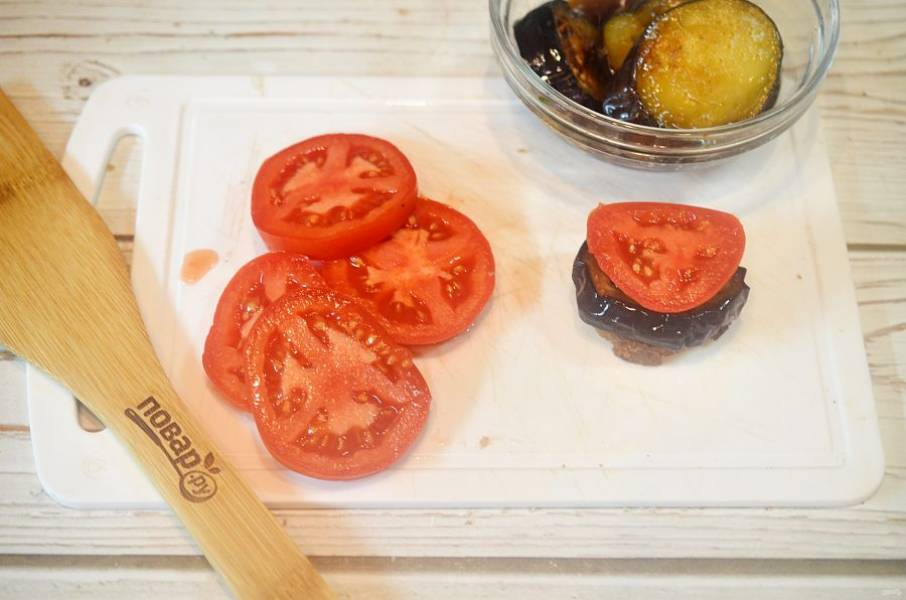 8. Затем кружок помидора.