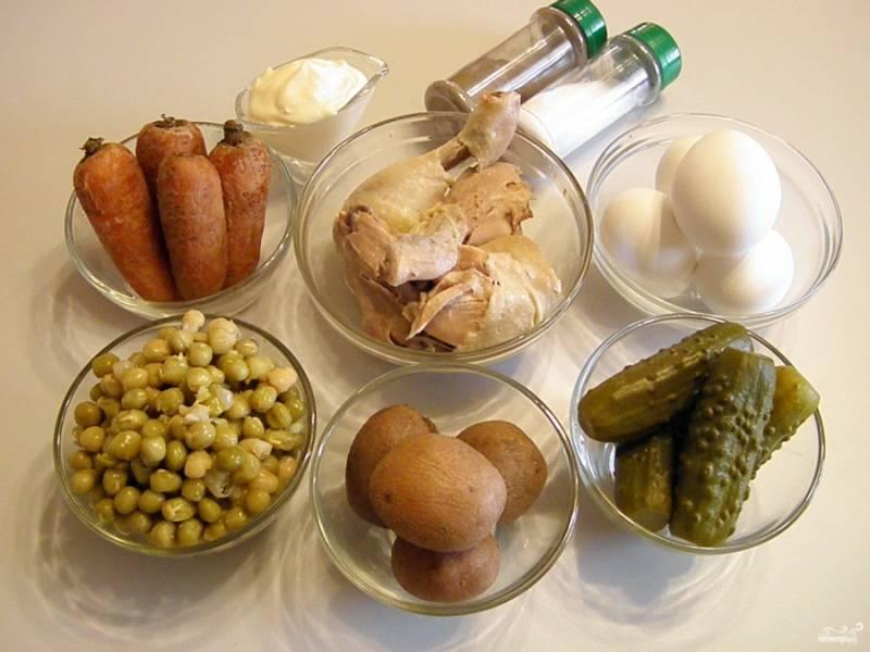 Приготовьте продукты для салата. Отварите все овощи до готовности. Яйца отварите вкрутую, обдайте ледяной водой. Мясо отварите в соленой воде до готовности. С консервированного горошка слейте жидкость.