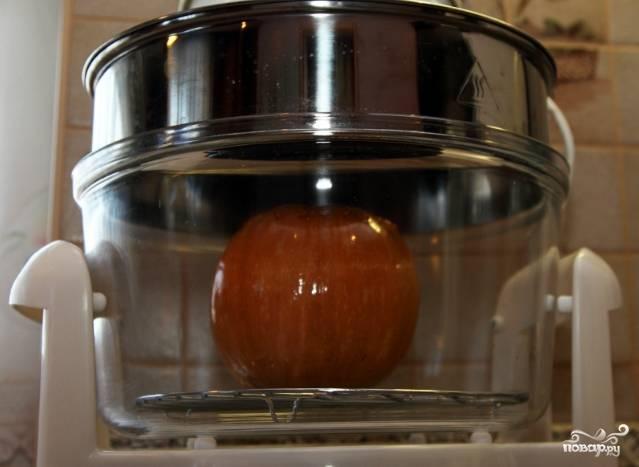 2. Подготовленную тыкву смажьте растительным маслом и поставьте в аэрогриль на 10 минут при температуре 200 градусов. Срезанную крышку лучше снимите, пусть края тыквы поджарятся.