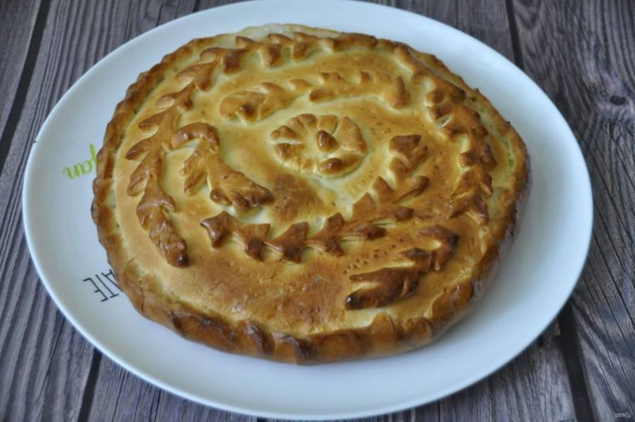 Выпекайте пирог в духовке при температуре 180-200 градусов в течение 50 минут.