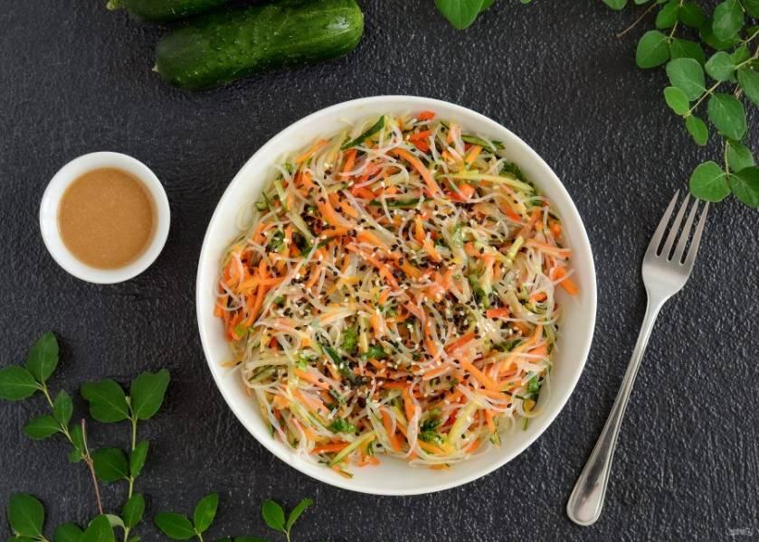 Салат из фунчозы с огурцом готов, приятного аппетита!