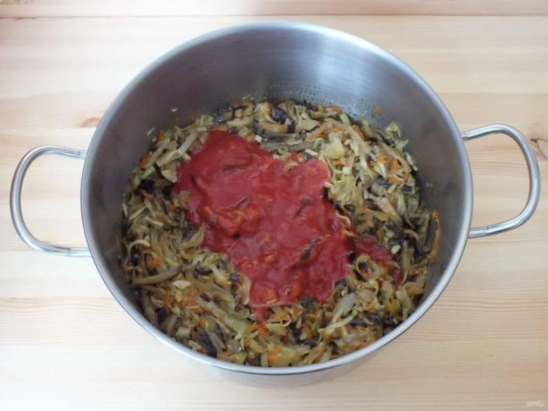 По истечении времени варки, добавьте разведенную томатную пасту к овощам. Перемешайте. Проварите после закипания 15 минут. Попробуйте на вкус, возможно нужно добавить соль или сахар (томатная паста имеет разную кислоту). В завершении, влейте уксус, перемешайте и прогрейте в течение 5 минут .
