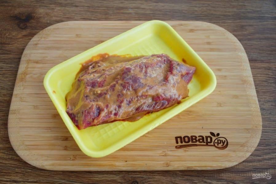 Соедините муку, сахар, уксус, соевый соус, горчицу и соус чили. Смажьте соусом мясо со всех сторон.