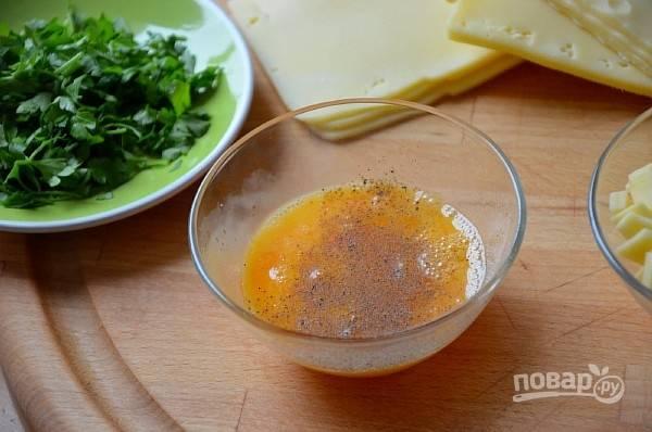 2.Зелень мою и вытираю бумажным полотенцем, яйцо в миске смешиваю с солью и специями (черный перец), вилкой взбиваю.