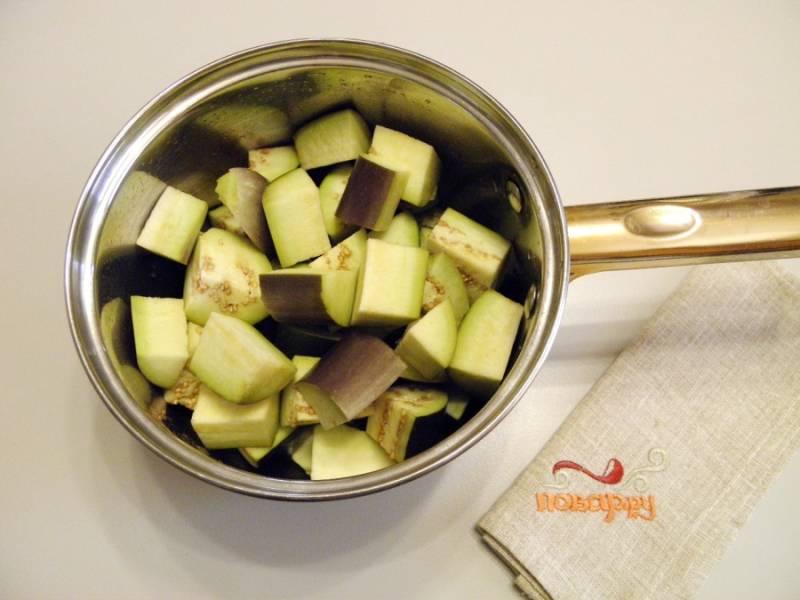 4. Порежьте баклажаны крупными кусочками, сложите их в кастрюлю с двойным дном или в казан.