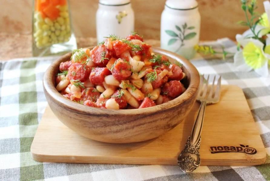 Ароматная, вкусная и сытная фасоль с охотничьими колбасками готова. Подавайте к столу в теплом виде.