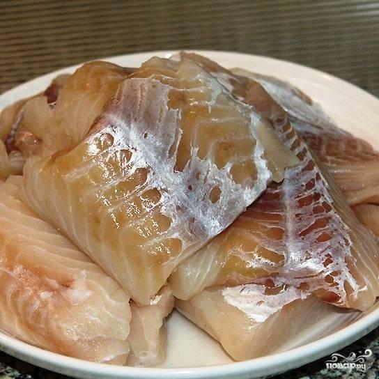 Филе трески промываем и нарезаем на порционные кусочки.