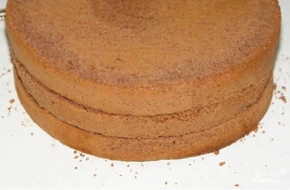 Выпекайте бисквит до готовности в течение, примерно, часа (до сухой зубочистки). Готовьте в форме диаметром 25 см. Большой бисквит разрежьте пополам. Пусть всё остынет.