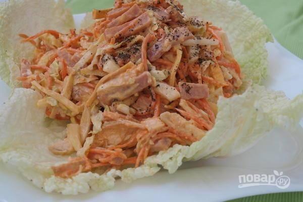 Подавайте салат на листьях пекинской капусты. Приятного аппетита!
